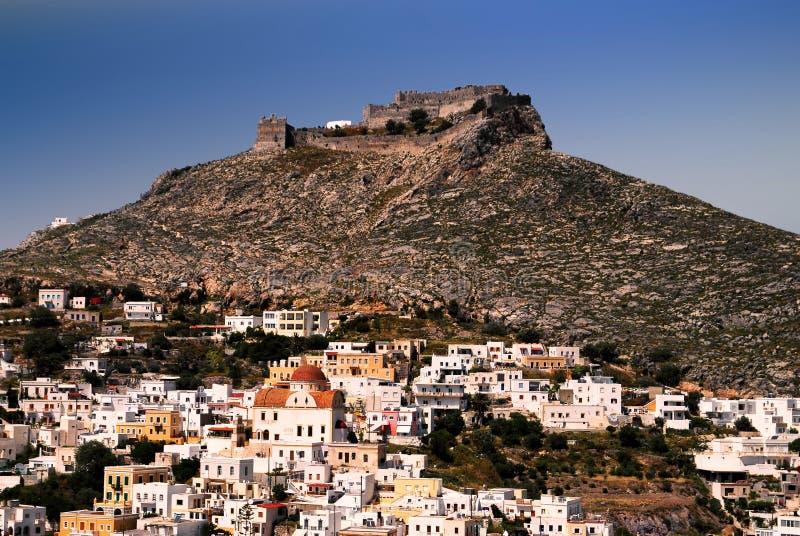 Leros eiland, de stad van Agia-Jachthaven met het oude Venetiaanse kasteel op de achtergrond royalty-vrije stock foto's