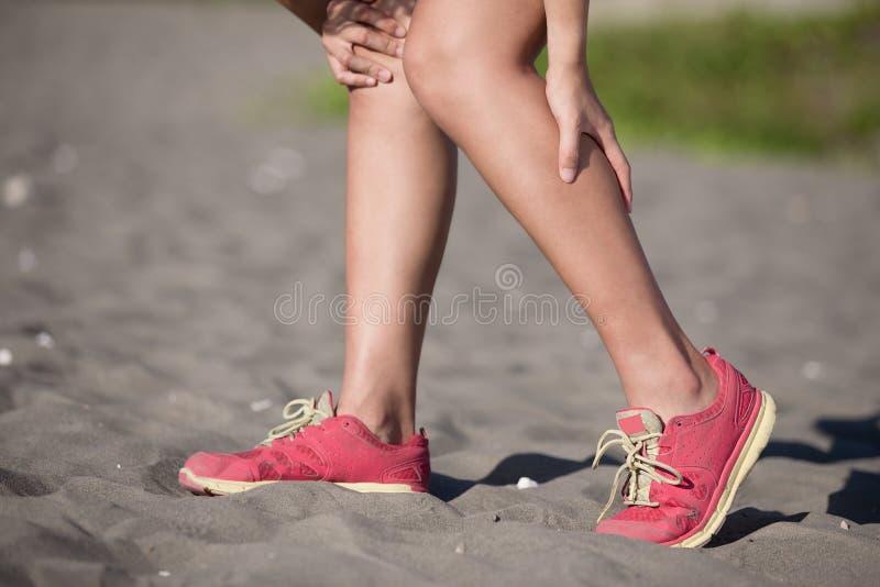 Lesão de joelho da mulher do esporte foto de stock royalty free