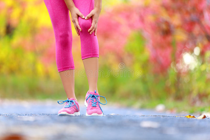 Lesão de joelho - lesões de joelho de corrida do esporte na mulher foto de stock royalty free