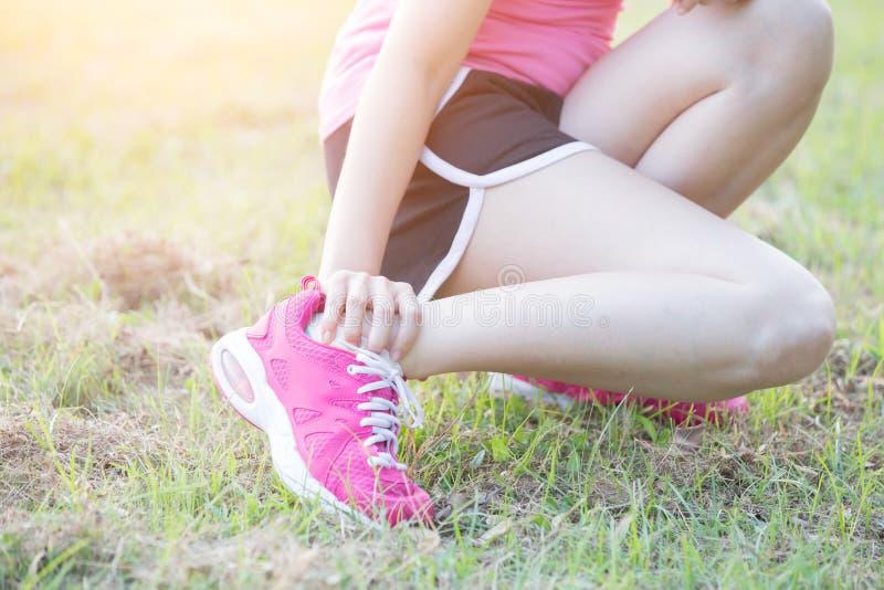 Lesão no calcanhar da mulher do esporte imagens de stock