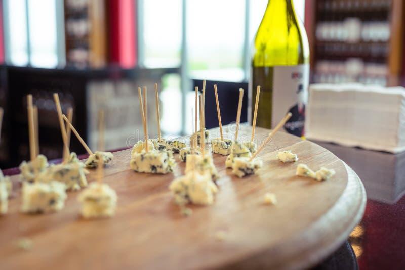 Les échantillons de fromage ont visé sur un conseil images libres de droits