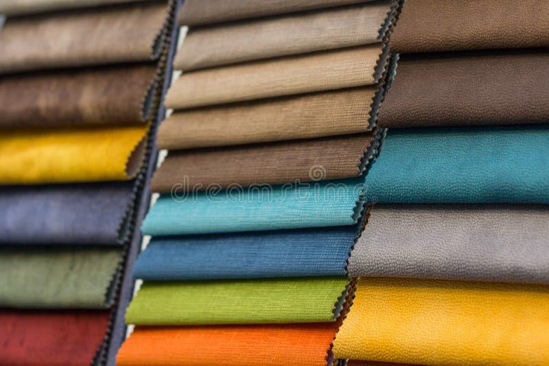 Les échantillons ont coloré le plan rapproché de tissus de meubles de tapisserie d'ameublement images stock
