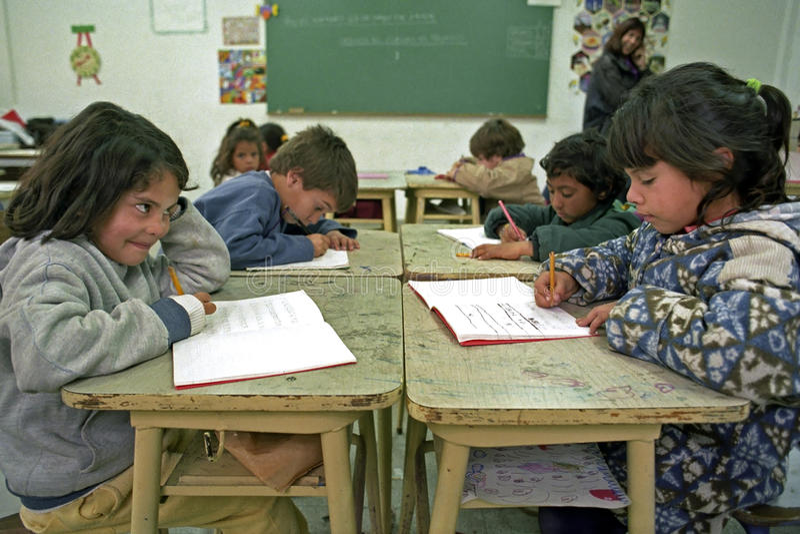 Les élèves d'éducation ont des leçons d'écriture dans la salle de classe photo libre de droits