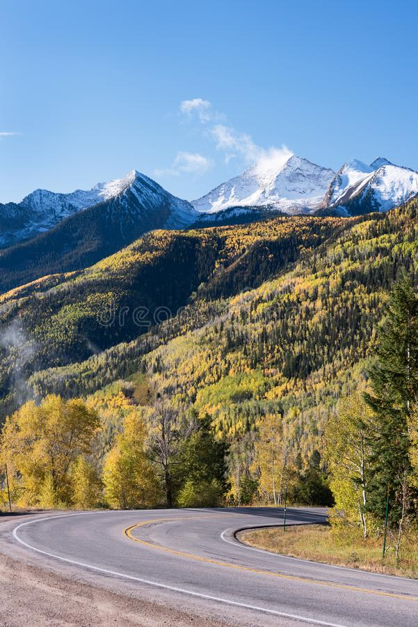 Les élans occidentaux font une boucle le chemin détourné scénique, le Colorado 133, passage de McClure 8 763 pieds, montagne de c photo stock