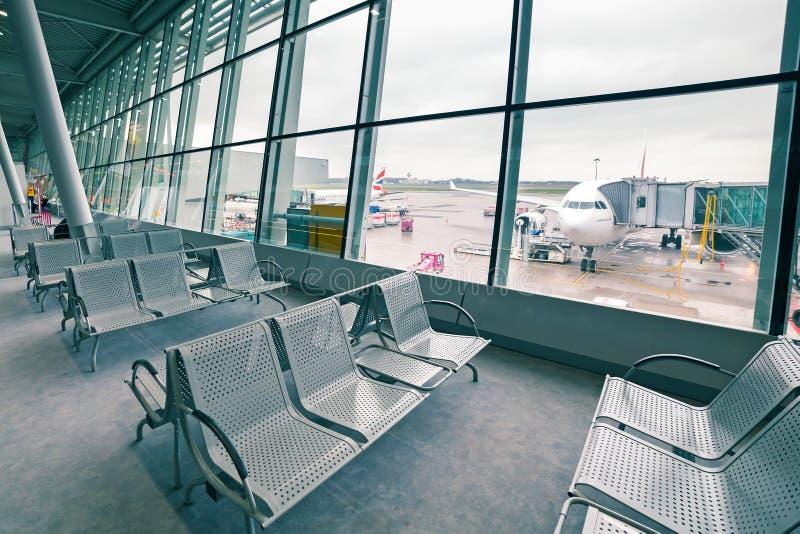 Les émirats surfacent à l'aéroport Chopin à Varsovie images stock