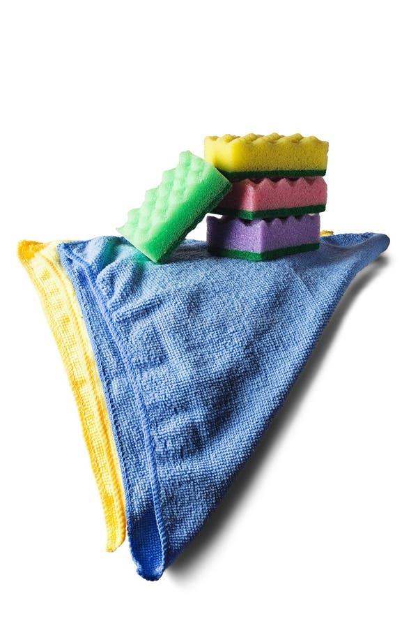 Les éponges pour nettoyer, serviette de chiffon, les gants en caoutchouc sur le blanc ont isolé le fond blanc Articles pour netto image stock