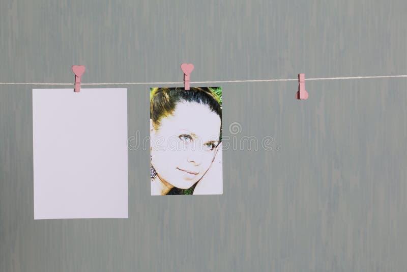 Les épreuves photographiques accrochent après s'être développé sur une corde et sèchent images libres de droits