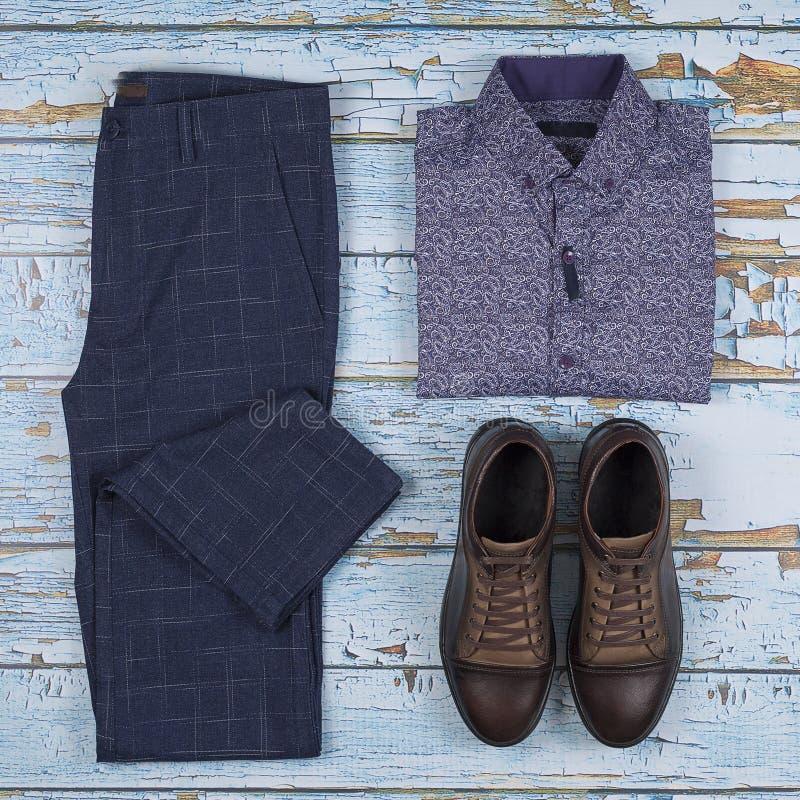 Les équipements occasionnels des hommes pour l'ensemble d'habillement des hommes avec des chaussures, pantalons, chemise sur le f images stock