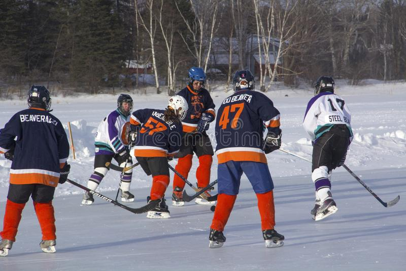 Les équipes du ` s de femmes concurrencent dans un festival d'hockey d'étang dans Rangeley photos libres de droits