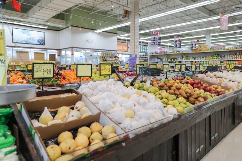 Les étagères de supermarché ont placé un grand choix de fruits image stock