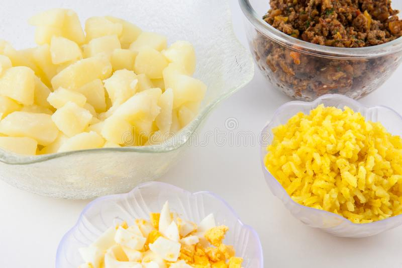 Les étapes de préparation du plat colombien traditionnel ont appelé les pommes de terre bourrées images libres de droits