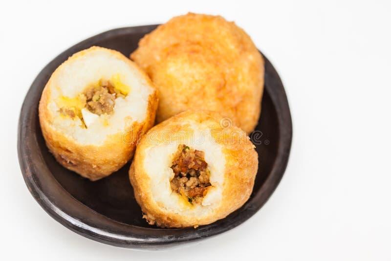 Les étapes de préparation du plat colombien traditionnel ont appelé les pommes de terre bourrées photo libre de droits