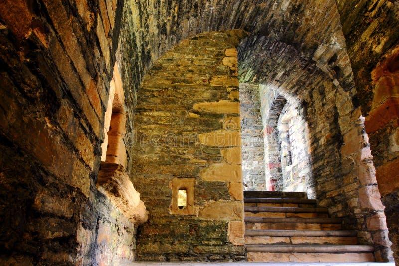 Les étapes en pierre antiques descendent au cachot photo libre de droits