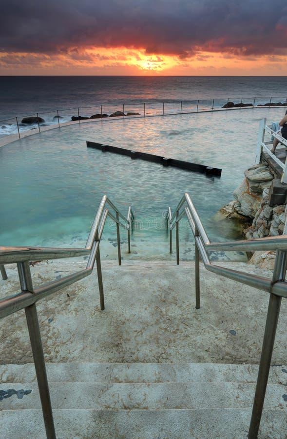 Les étapes menant vers le bas dans l'Australie de bains d'océan de Bronte photo stock