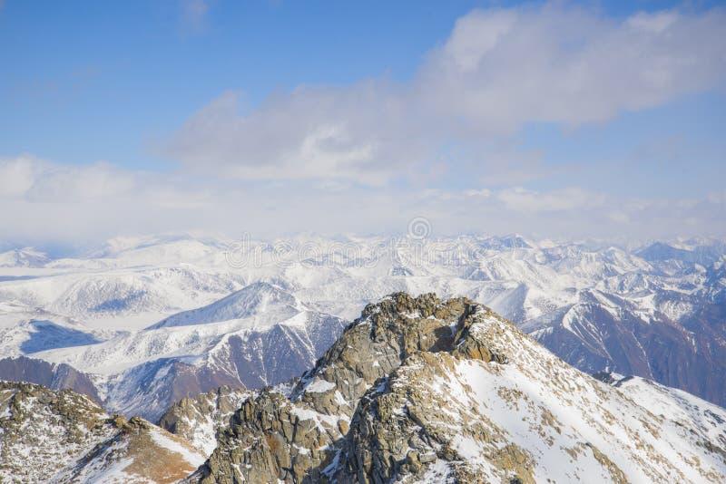 Les étendues sans fin des montagnes sibériennes photographie stock libre de droits
