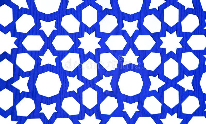 Les étoiles cutted sur les planches en bois bleues image stock