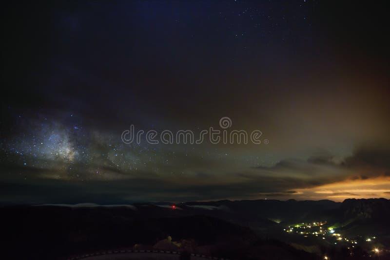 Les étoiles de la manière laiteuse la nuit dans le ciel rougeoient photographie stock libre de droits