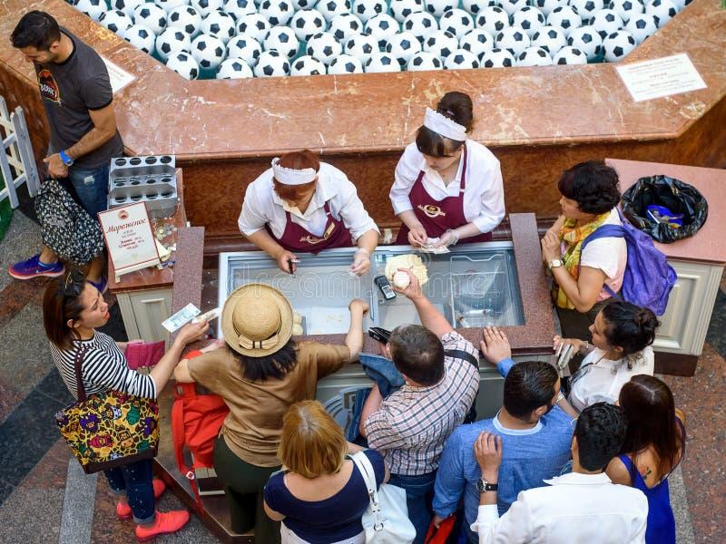 Les étrangers dans la GOMME achètent la crème glacée légendaire dans une tasse photographie stock libre de droits