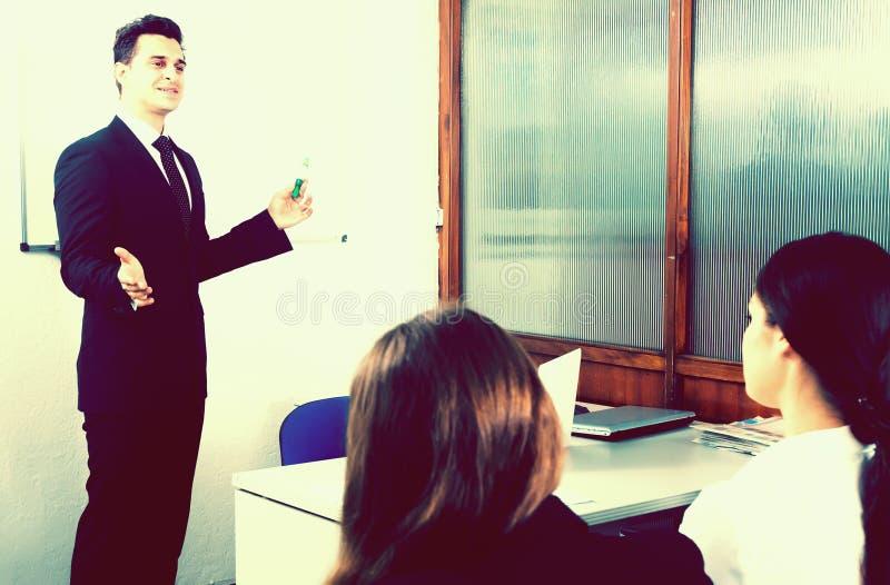 Les étudiants écoutent la conférence dans l'assistance photos stock