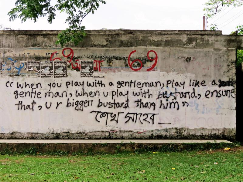 les étudiants citent le graffiti à l'université de Chitagong, Bangladesh images stock