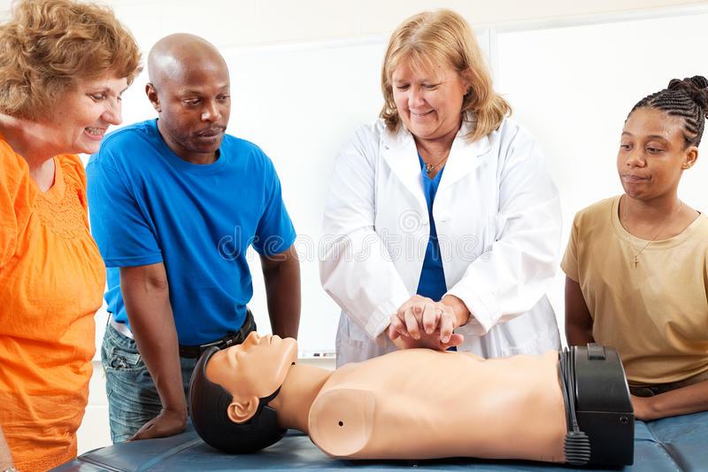 Les étudiants d'éducation des adultes apprennent le CPR photos stock