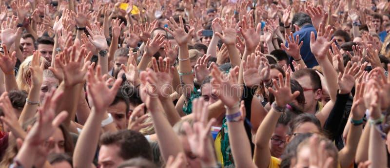 Les étudiants de Barcelone soulèvent leurs mains pendant la démonstration pour l'indépendance au loin photographie stock libre de droits