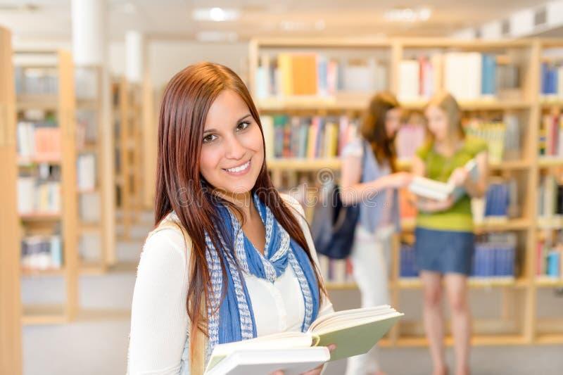 Les étudiants de lycée à la bibliothèque ont affiché des livres photos stock