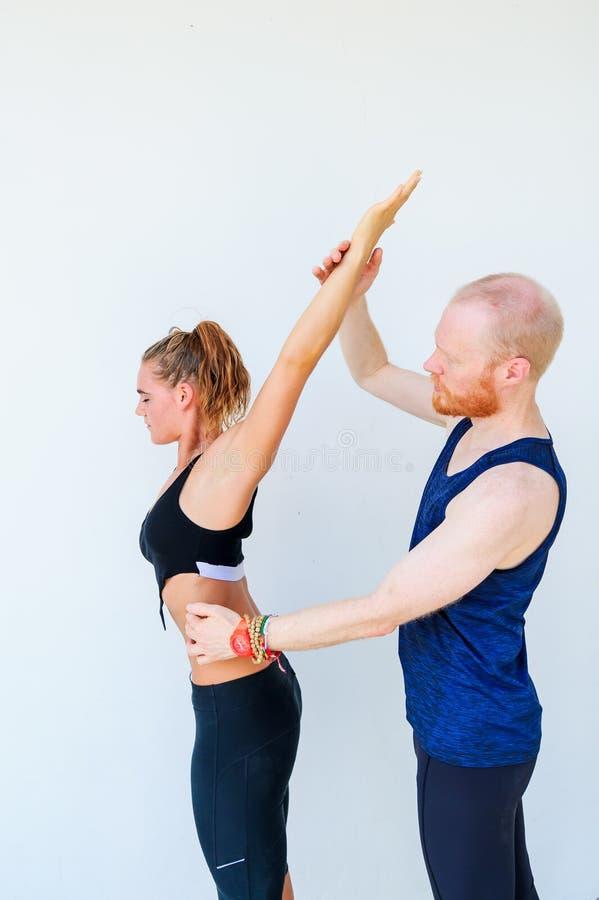 Les étudiants de yoga montrant le yoga différent pose, des appuis de professeur photos libres de droits