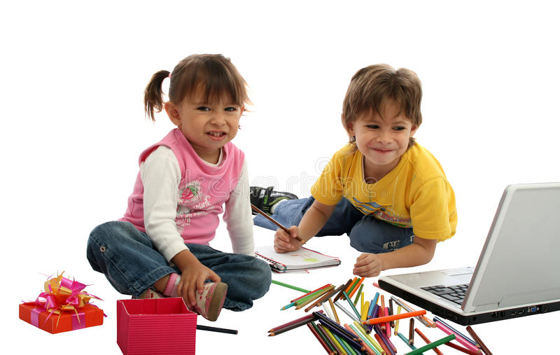 Les étudiants des enfants avec les crayons et l'ordinateur. photo stock