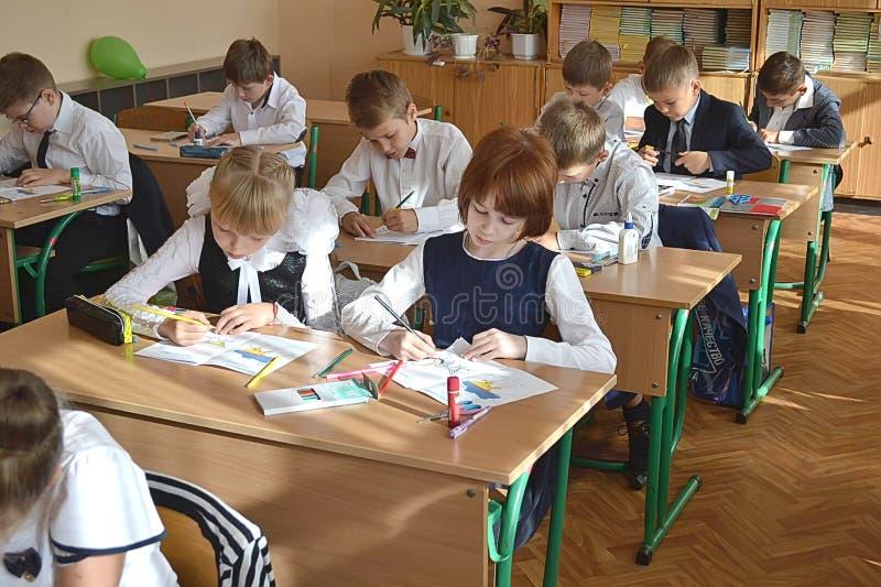 Les étudiants dessinent dans la classe dans la classe photo libre de droits