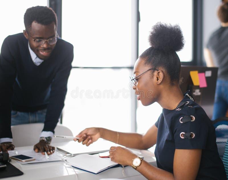 Les étudiants noirs studing dans l'université photographie stock libre de droits