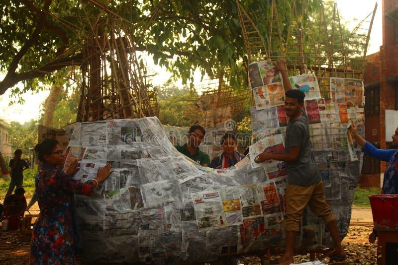 Les étudiants plâtrent le cadre en bambou avec des papiers pour faire le motif classé par vie formé par animal pour célébrer la n photos stock