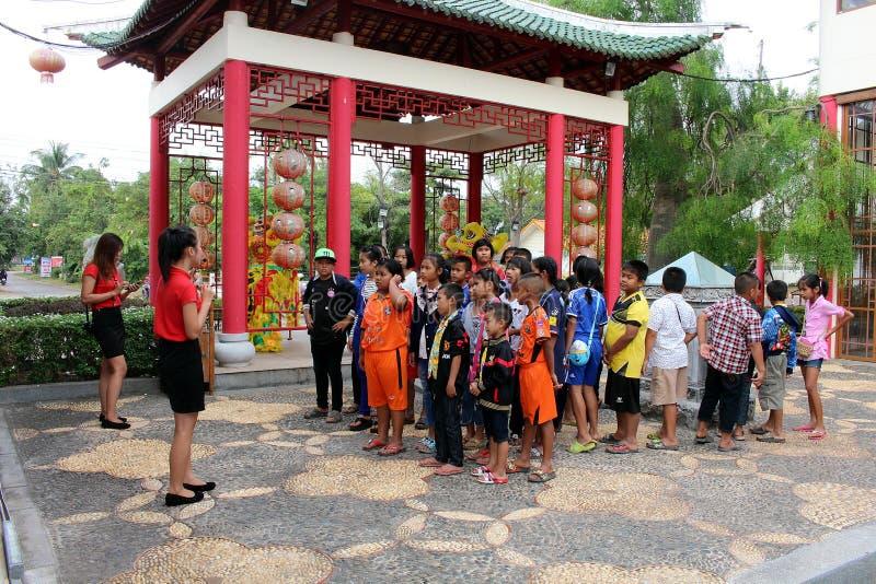 Les étudiants primaires écoutent au sujet de la pratique tandis que séjour le CENTRE CULTUREL THAÏLANDAIS-CHINOIS d'un expert image stock