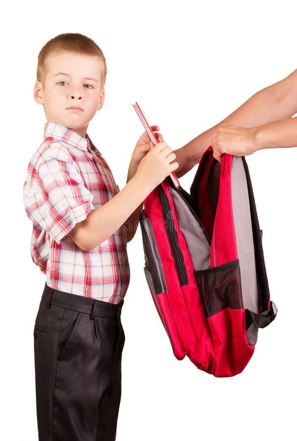 Les étudiants rassemblent le sac à dos allant à l'école d'isolement sur le fond blanc photographie stock