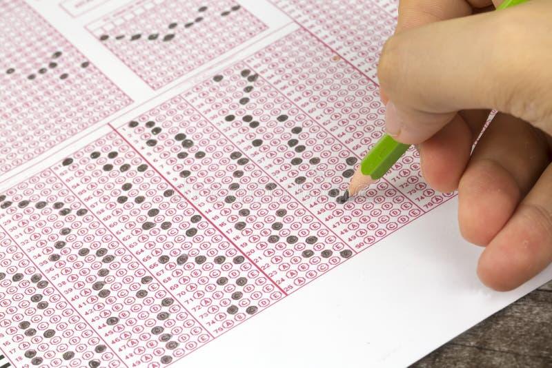 Les étudiants remettent faire le jeu-concours d'examens le papier réactif images libres de droits