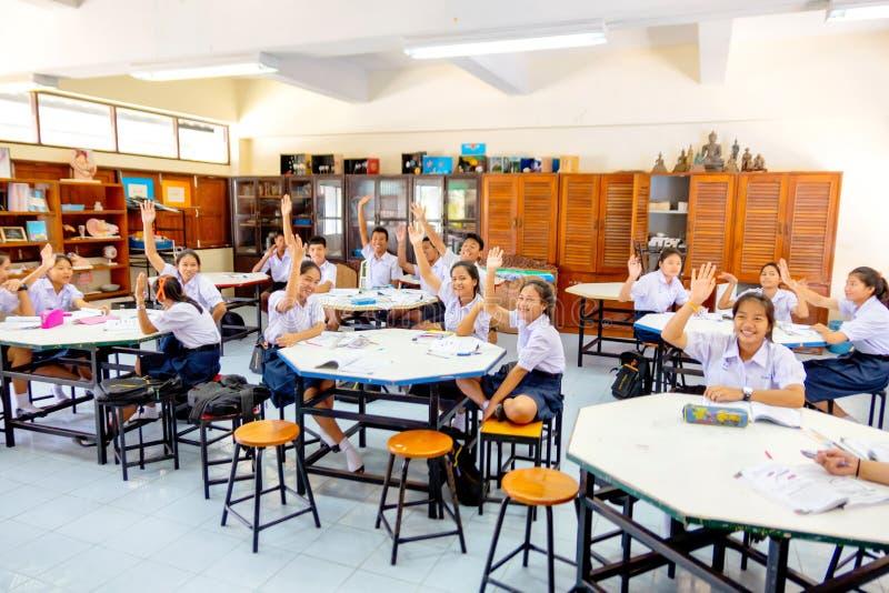 Les étudiants thaïlandais soulèvent leur main au vothe pour quelque chose dans la salle de classe chez Praknampran, Thaïlande le  image libre de droits