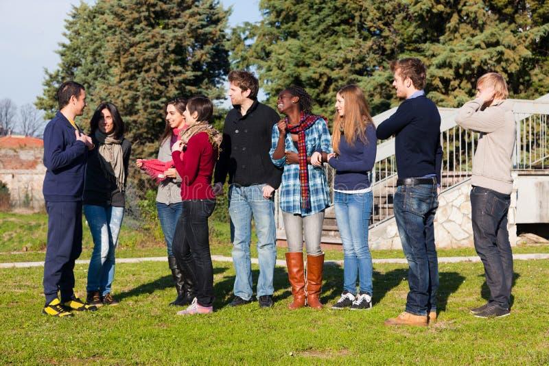 Les étudiants universitaires détendent en fonction images libres de droits