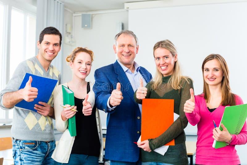 Les étudiants universitaires ont réussi l'examen photos stock