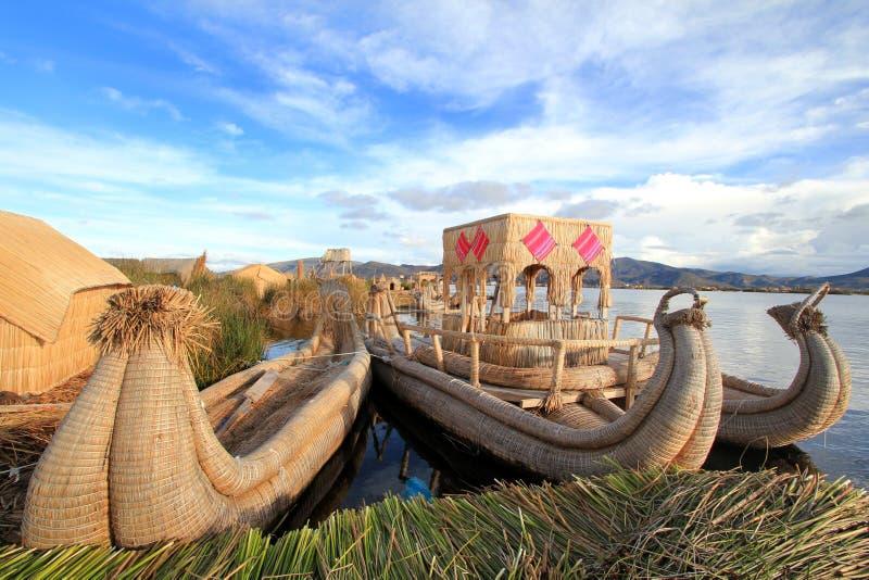 Les îles de flottement et les bateaux de Titicaca photographie stock