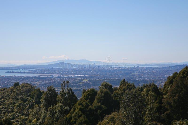 Les îles du Golfe de Hauraki derrière la ville d'Auckland photo stock