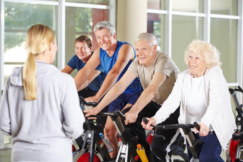 Les aînés font des sports au centre de réhabilitation photographie stock libre de droits