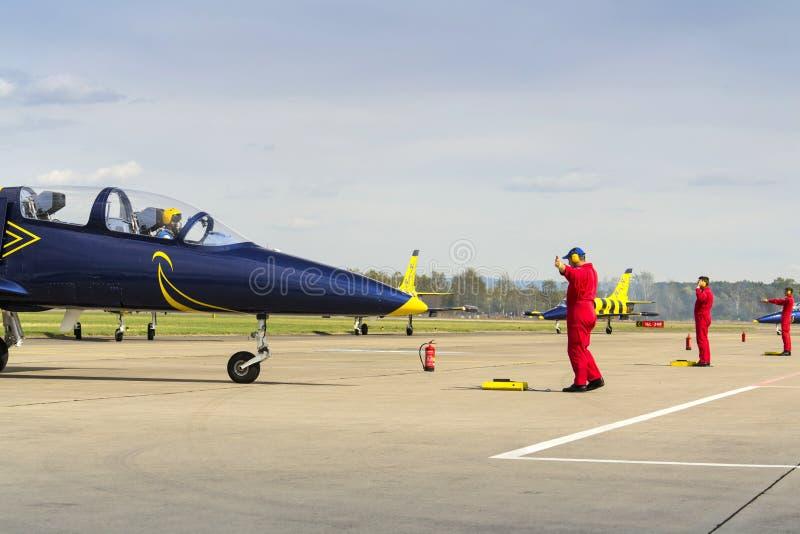 Les abeilles baltiques Jet Team avec L-39 surface le roulement sur la piste photos libres de droits