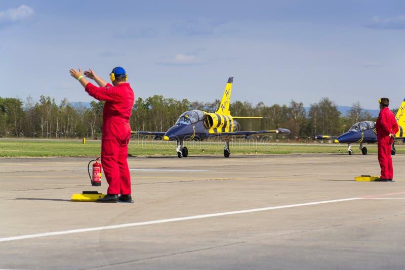 Les abeilles baltiques Jet Team avec L-39 surface le roulement sur la piste image libre de droits