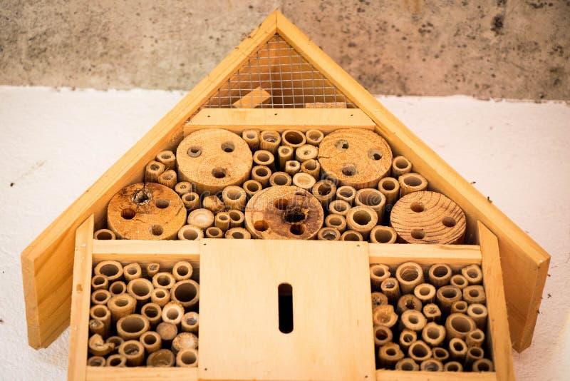 Les abeilles de maison d'abeille nichent le rondin en bois en bambou écologique image stock