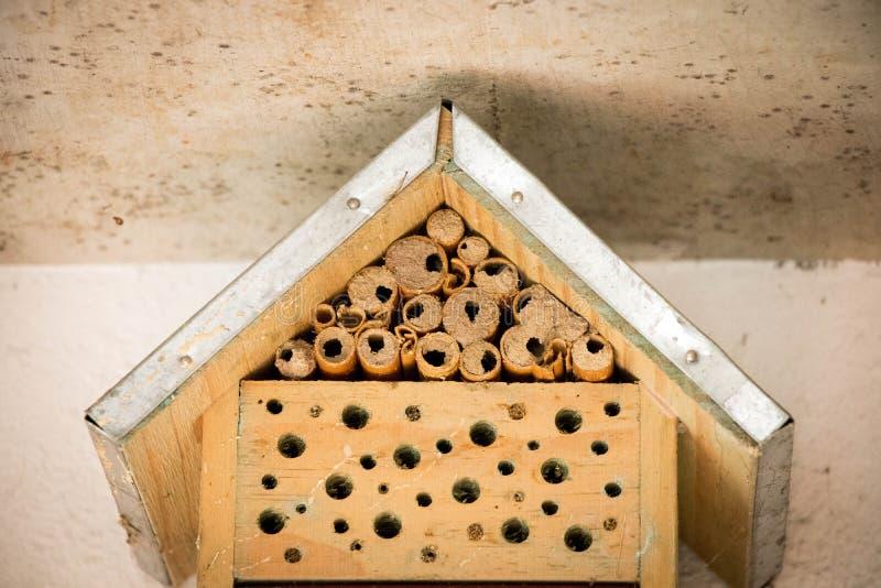 Les abeilles de maison d'abeille nichent le rondin en bois en bambou écologique photographie stock libre de droits