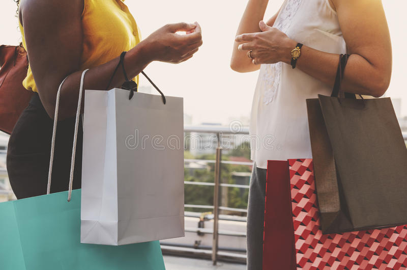 Les achats de féminité de femme détendent le concept photo stock