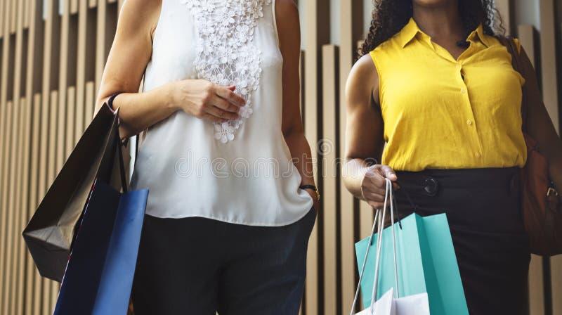 Les achats de féminité de femme détendent le concept images stock