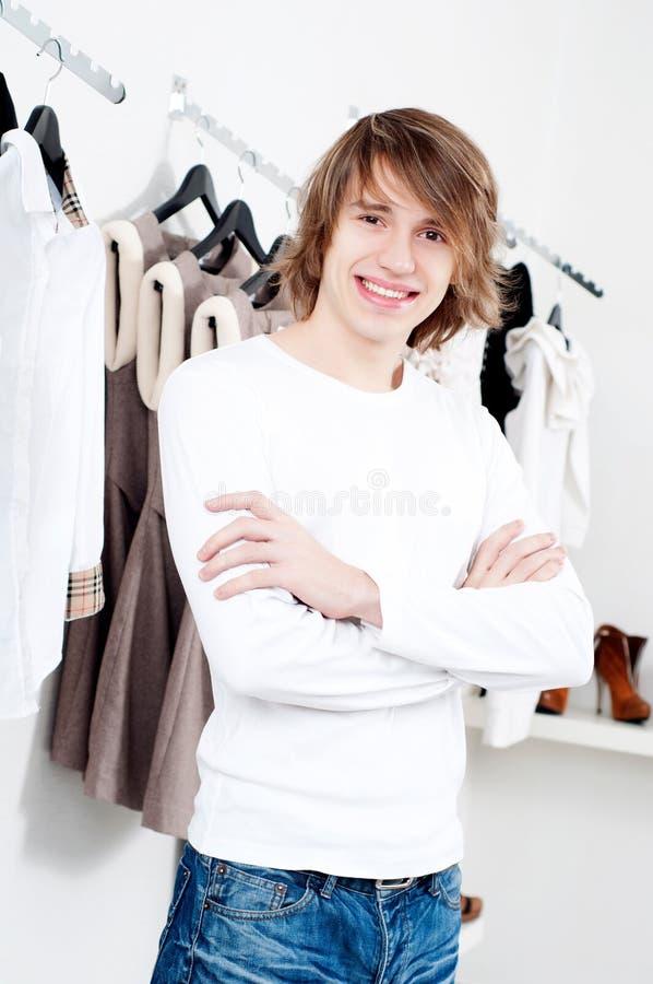 Les achats de l'homme photo stock