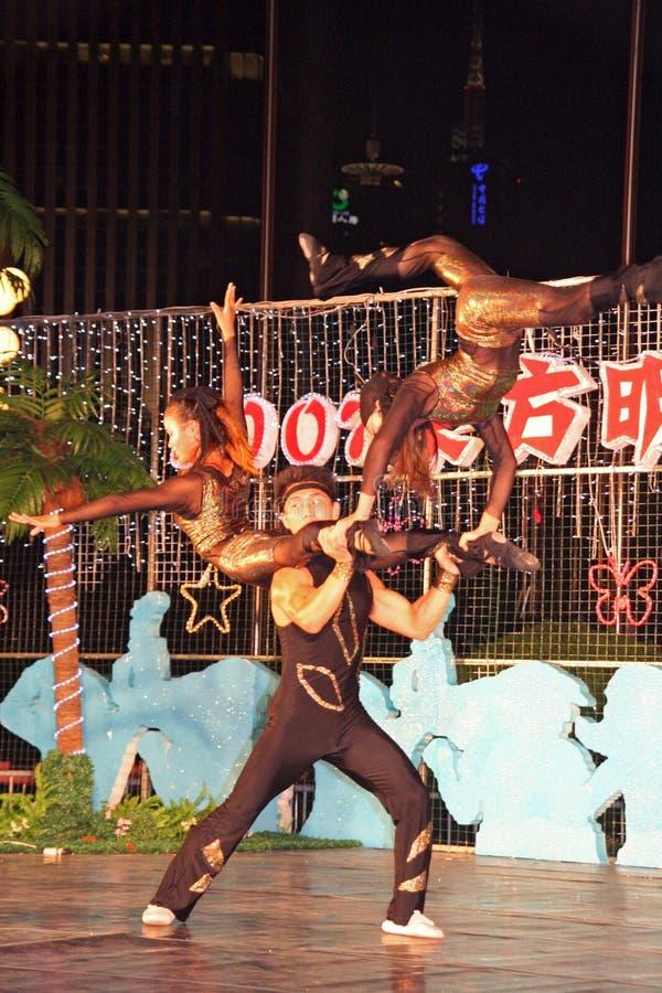 Les acrobates chinois exécutant dans une rue gratuite montrent, Changhaï photo libre de droits