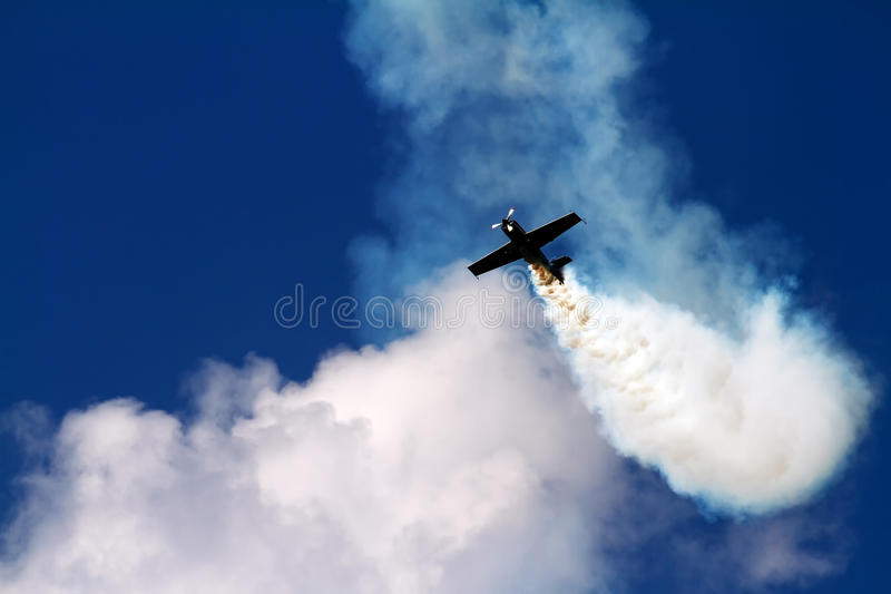 Les acrobaties aériennes surfacent dans le nuage de la fumée images stock